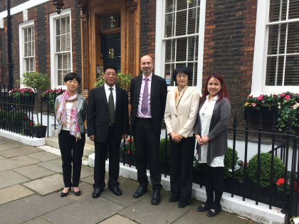 Roger Mendonca meets the representatives from the Shandong Academy of Governance.